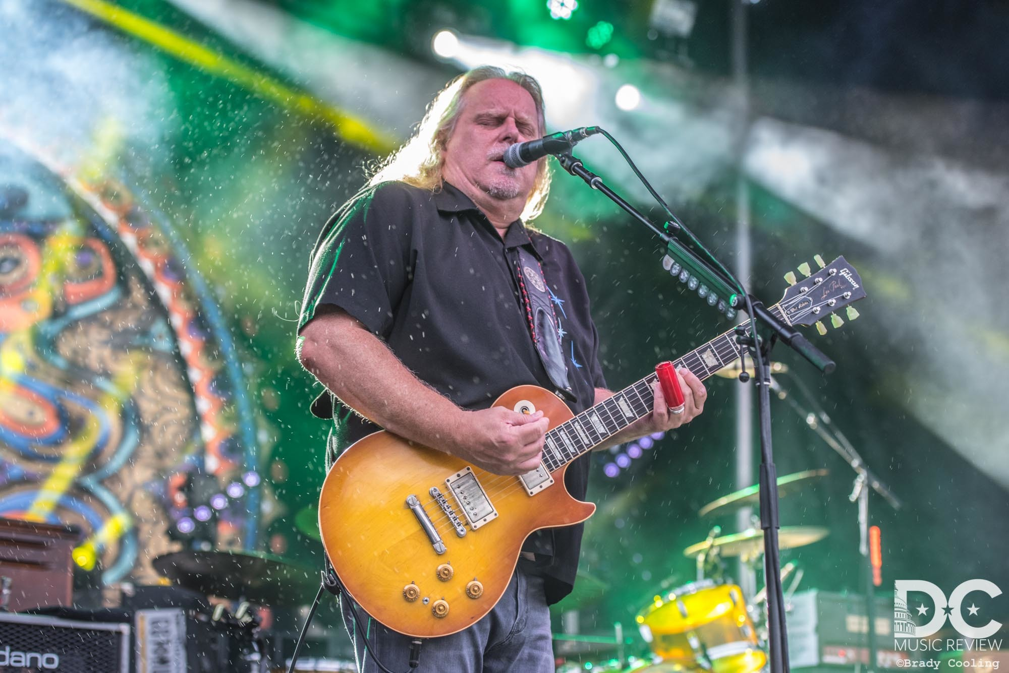 Warren Haynes powers through the rain!